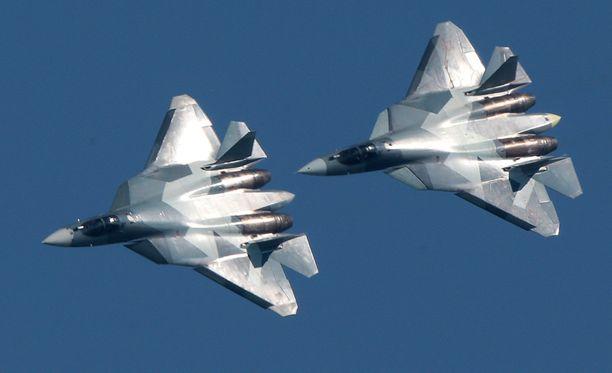 Sukhoi Su-57 on Venäjän aseteollisuuden ylpeys. Kuvassa koneet ilmailunäytöksessä viime vuonna.