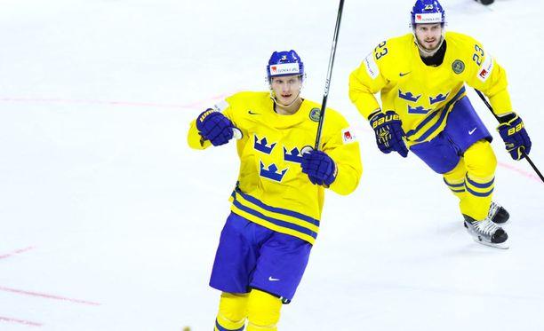 John Klingberg (edessä) teki Ruotsin 2-1-maalin toisen erän alussa.