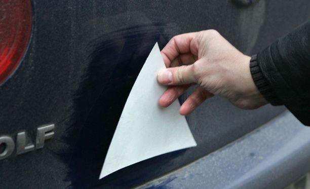 Ajo-oppilaan autossa tulee olla 16-25 sentin kokoinen tasasivuinen valkoinen kolmio. Magneettisena kolmio on nopea kiinnittää tai jälleen irrottaa.