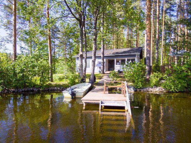 Mäntyharjulla Sarkavedellä sijaitsevasta 48 neliöisestä mökistä pyydetään 99 500 euroa. Mökistä löytyy tupa, keittokomero, sauna, parvi ja kuisti.