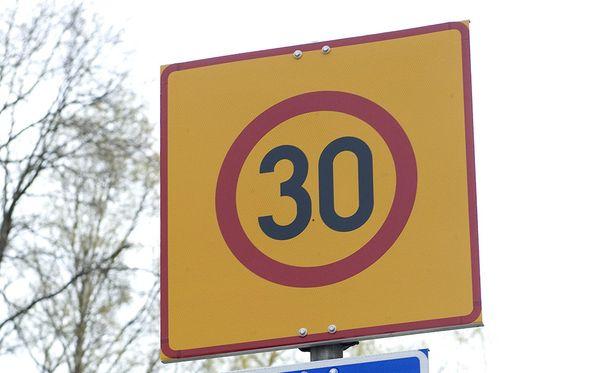 Kadulta puuttui asianmukainen merkintä nopeusrajoituksesta.