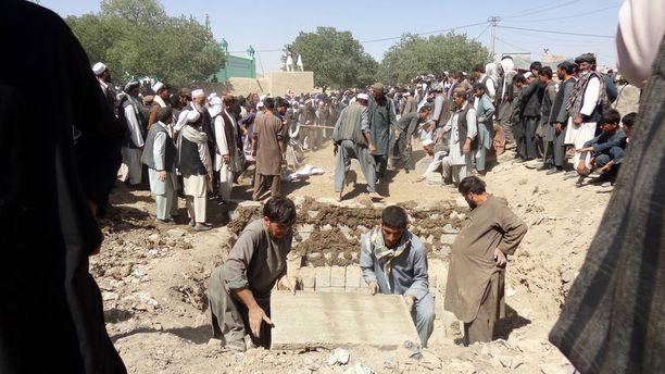 Parjantain iskun uhreja haudattiin lauantaina Afganistanissa.