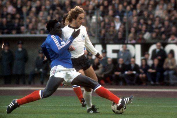Jean Pierre Adams (vas.) maaottelussa Länsi-Saksaa vastaan 1973. Kaksinkamppailun toisena osapuolena Helmut Kremers.