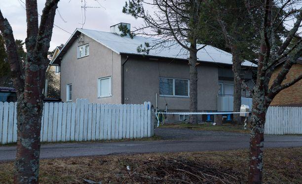 Mies ampui naisen ja itsensä heidän lapsensa kotipihalla.
