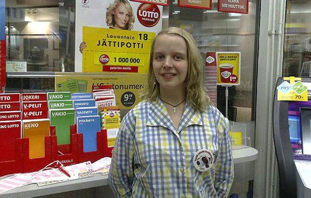 Mainosjuliste kioskin seinällä kertoo ison lottovoiton myymisestä Tapiolan Sampokujan kioskissa. Paikan iloisista myyjistä ehti kuvaan Oona Alanen.