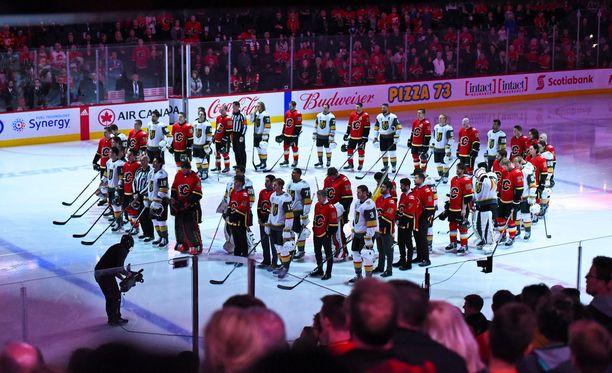 NHL-joukkueet Vegas Golden Knights ja Calgary Flames kunnoittivat onnettomuuden uhreja ennen lauantain otteluaan.