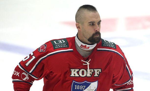 Trevor Gillies pelasi ennen IFK-visiittiiään NHL-kiekkoa 57 ottelun verran. Jäähyminuutteja määrättiin 261.