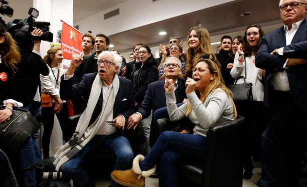 Sosialistien kannattajat iloitsivat kuultuaan maanlaajuisen äänestystuloksen televisiosta.