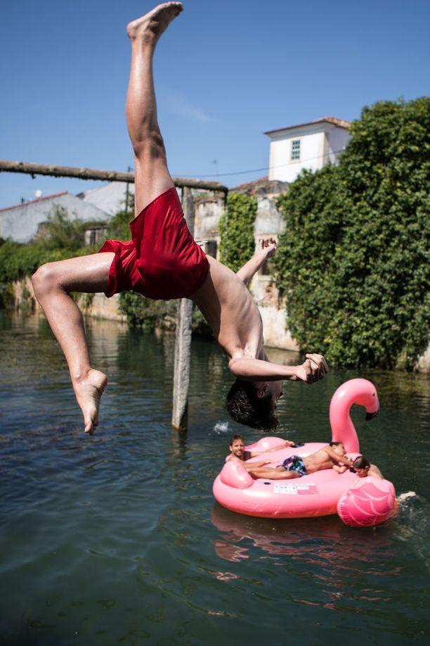 Ihmiset hyppivät Lis-jokeen Portugalin Leiriassa.