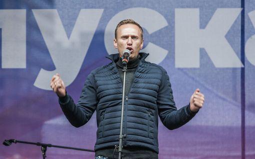 Navalnyi selvinnee hengissä mutta tulee olemaan toimintakyvytön kuukausia – Oppositiojohtajan paljastettiin olleen venäläispoliisin tiukassa seurannassa