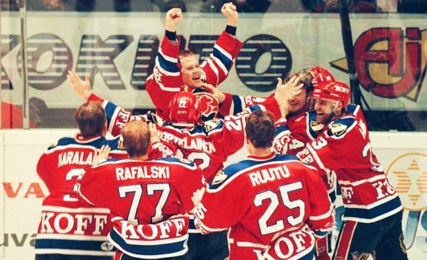 Nuori Olli Jokinen juhli HIFK:n paidassa mestaruutta vuonna 1998.