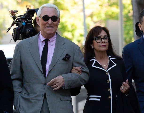 Roger Stone saapui oikeuteen vaimonsa Nydian kanssa.