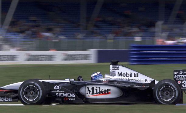 Mika Häkkinen kaasutti McLarenillaan Britannian GP:n voittoon vuonna 2001. Voitto oli lopulta Häkkisen uran toiseksi viimeinen.