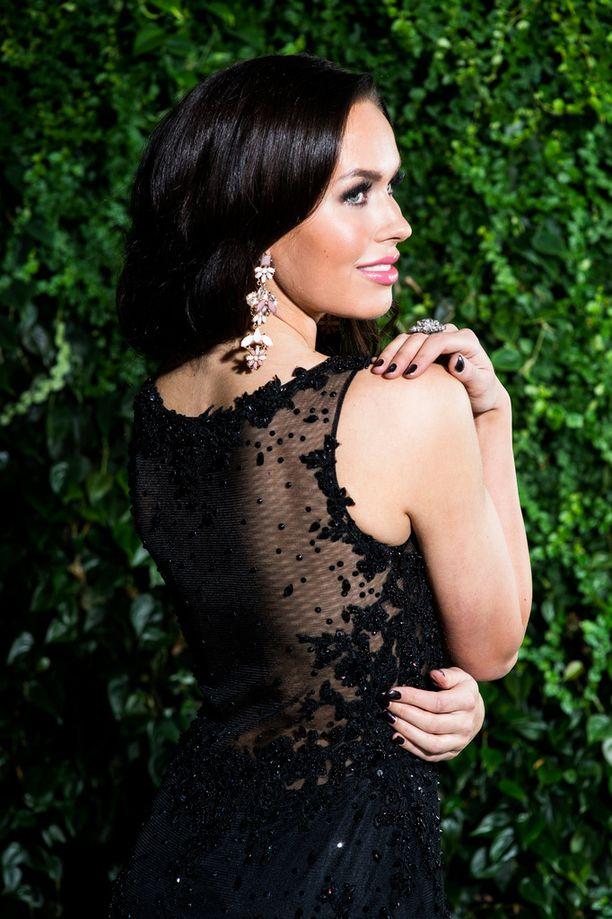 Carola Miller ei ensin uskonut, että ottaisi mukaan mustia mekkoja. Nyt mukaan on kuitenkin lähdössä kaksikin tyylikästä mustaa iltapukua.