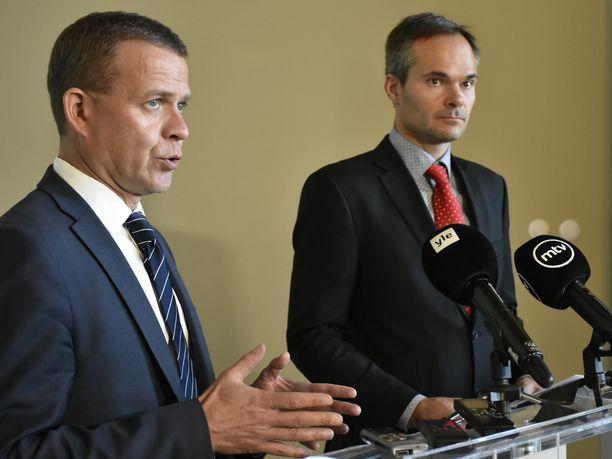 Kokoomuksen puheenjohtaja Petteri Orpo ja eduskuntaryhmän puheenjohtaja Kai Mykkänen pyysivät perussuomalaisia mukaan opposition yhteiseen Posti-välikysymykseen. Mykkänen kiistää näkemyksen siitä, että perussuomalaisille tarjottiin valmista paperia allekirjoitettavaksi.