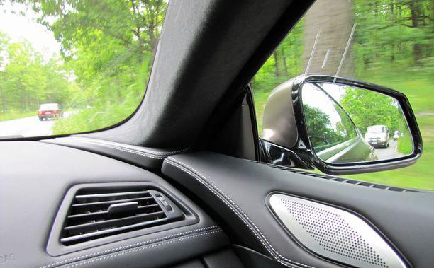 Syytetty epäili, ettei laajan viherkaistan vuoksi nähnyt mopoilijaa autonsa sivupeilistä. Kuvassa on koriltaan samanlaisen luksus-BMW:n oikea sivupeili.
