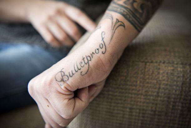 Bulletproof-tatuointi on symboli Heidi Foxellin taistelutahdosta ja voimasta.