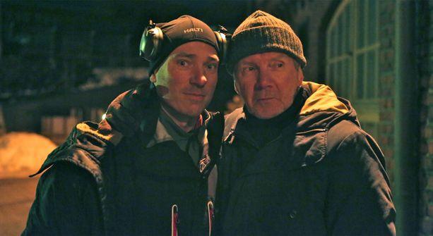 8-pallo-elokuvan ohjaaja Aku Louhimies vierellään näyttelijä Pirkka-Pekka Petelius rikostutkija Elias Kasken hahmossa.