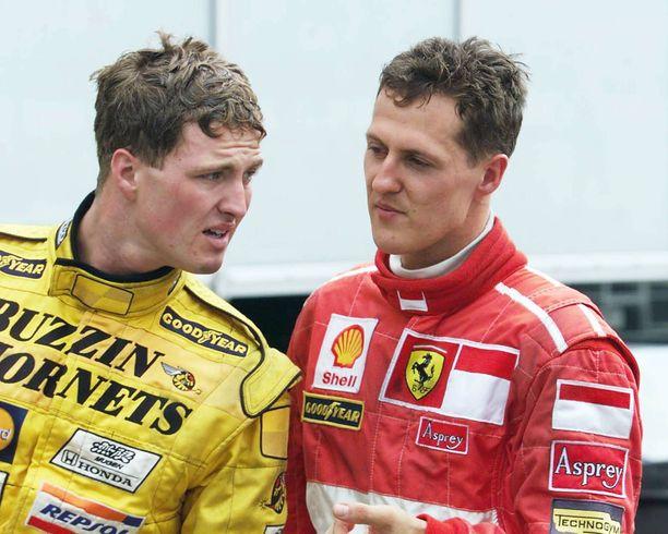 Michael Schumacher piti veljensä Ralfin puolia F1-varikolla. Kuva vuodelta 1998, kun nuorempi Schumacher ajoi Jordan-tallissa.