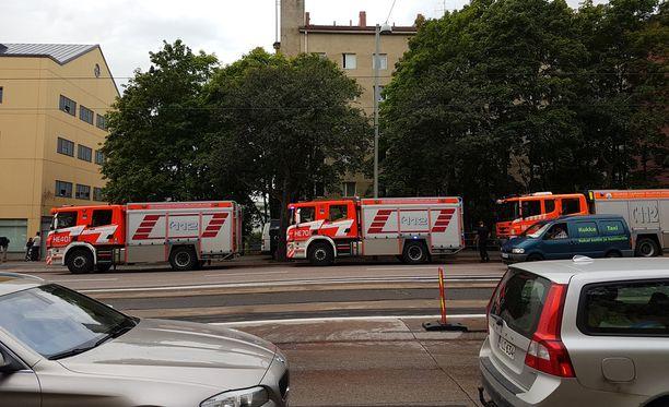 Mannerheimintie 161 -osoitteeseen saapui yli kymmenen pelastuslaitoksen yksikköä.