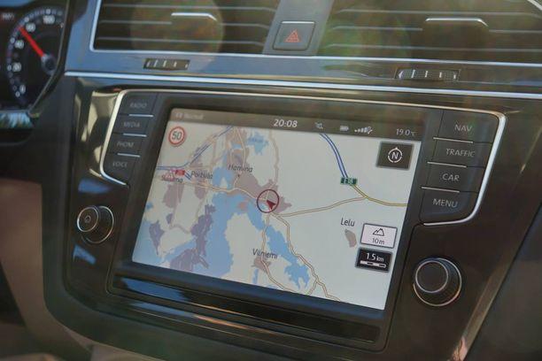 8-tuumainen monitoiminäyttö ymmärtää suomea, navigaattori valitettavasti ei.