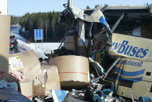 Raskaat paperirullat vyöryivät linja-autoon kolarin yhteydessä Konginkankaalla tuhoisin seurauksin.