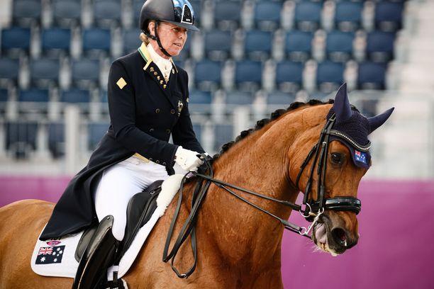Australian Mary Hanna hevosellaan Calanta kilpaili lauantaina Tokion kouluratsastuksen joukkuekilpailussa. Ratsastaja on syntynyt 1.12.1954.