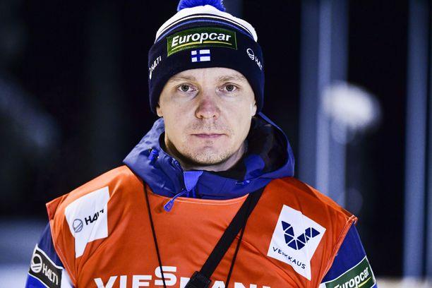 Petter Kukkonen avasi keskustelun hyppypukuhuijauksesta.