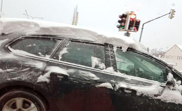 Lukijan kuva viime talvelta havainnollistaa hyvin katolle jätetyn lumen aiheuttaman vaaratilanteen.