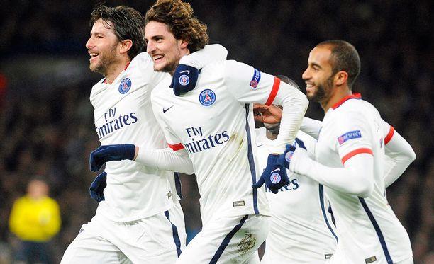 Adrien Rabiot (kuvassa keskellä) huudatti PSG:n kannattajia.