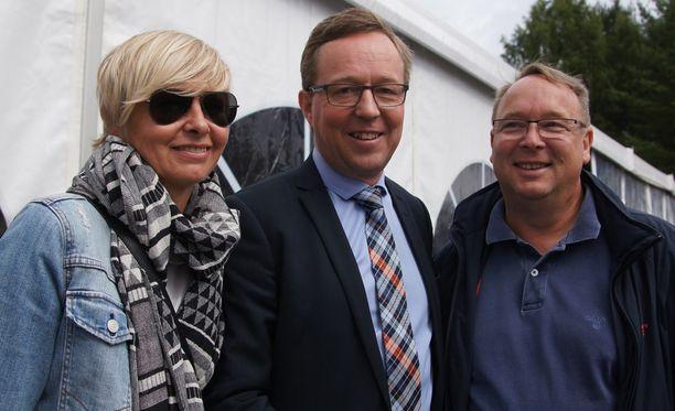 Sarianna Hietakangas (vas.), Mika Lintilä ja Vesa Hietakangas omistavat yhdessä hevosen.