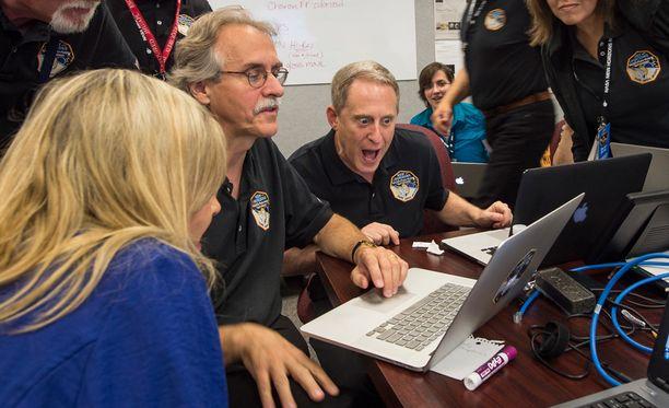 Kuvassa NASAn tutkijat näkevät New Horizonsin kuvat ensimmäistä kertaa.