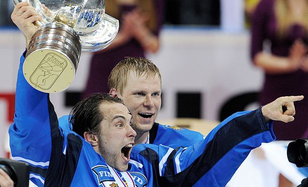 Tuomo Ruutu ja kapteeni Mikko Koivu juhlivat MM-pokaalin kanssa päivälleen viisi vuotta sitten.