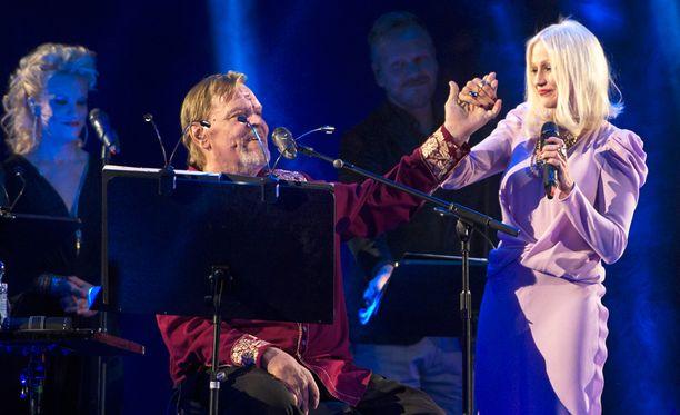Chisu duetoi Veskun kanssa rakastetun kappaleen Päivänsäde ja Menninkäinen.