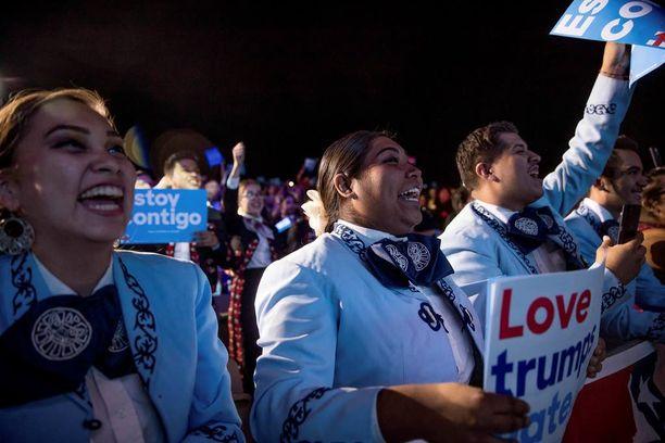 Trumpin kannattajat hurrasivat, kun Hillary lopetti ja Trumpin puheenvuoro alkoi.
