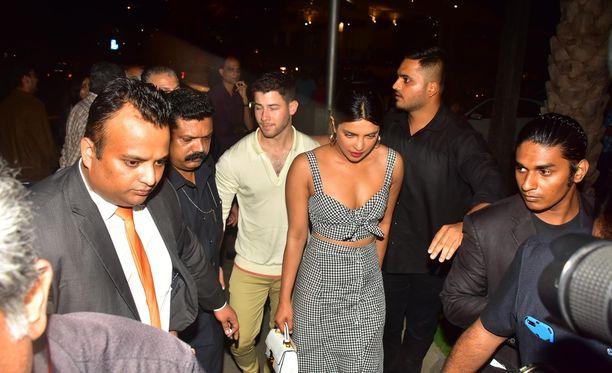 Nick Jonas ja Priyanka Chopra ovat paraikaa Mumbaissa vierailemassa näyttelijättären äidin luona.