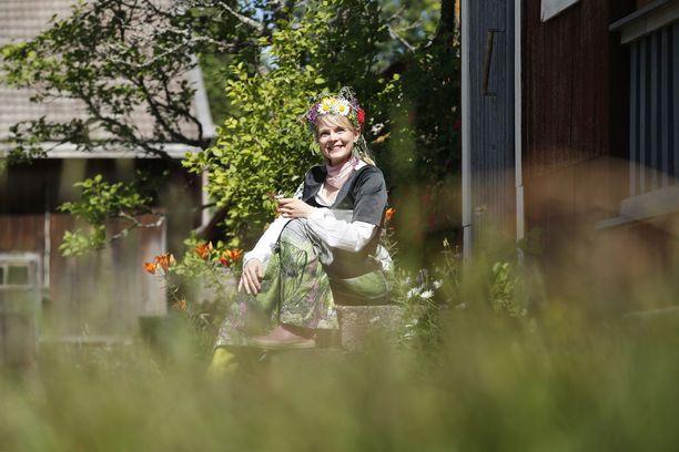 Runoilija Heli Laaksonen ajattelee, että ylenpalttinen yltäkylläisyys ei ole onnen tae.