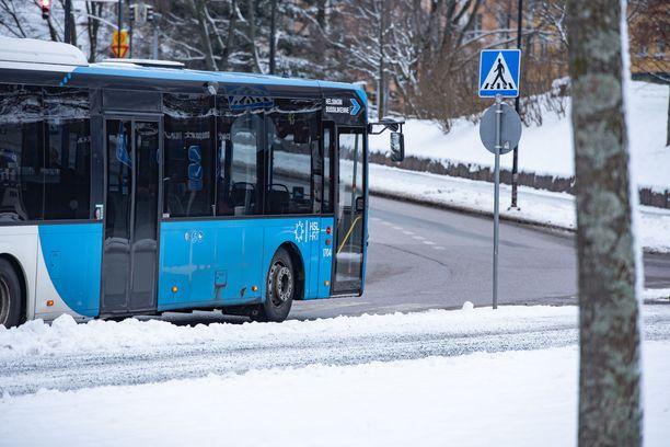 Kuljettaja pysäytti bussin asian selvittämiseksi, mikä lopulta johti sanaharkkaan sekä yhteenottoon. Arkistokuva HSL:n bussista.