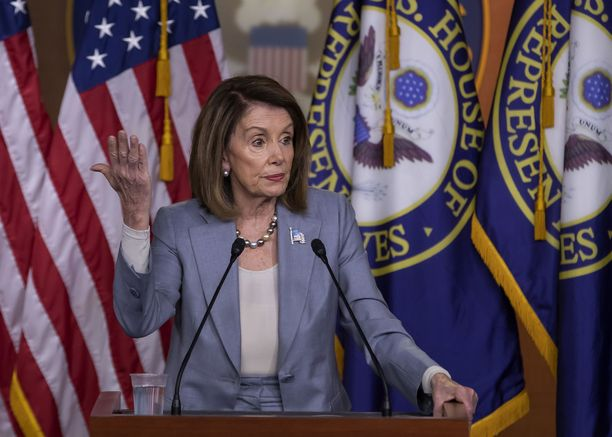 Nancy Pelosi toivoisi Trumpin toimivan ja jos tämä ei siihen kynene, republikaanien pitäisi viitata presidentille kintaalla.