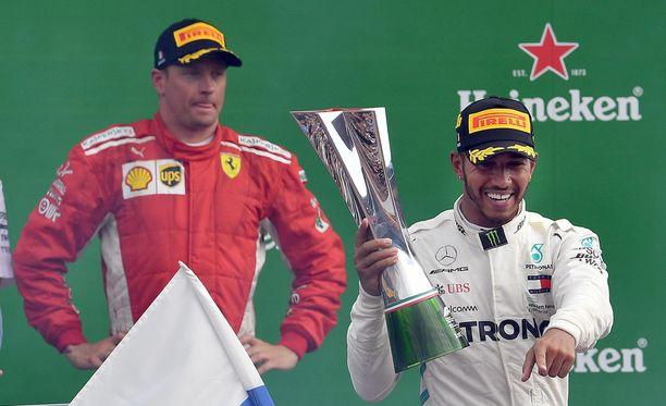 Kimi Räikkösen ja Lewis Hamiltonin välinen kamppailu ratkesi taktisiin seikkoihin.