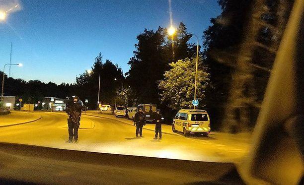 Poliisi hälytti aamuyöllä paikalle lisävoimia ja meni sisään Helvetin enkeleiden kiinteistölle. Sen lähialue eristettiin.