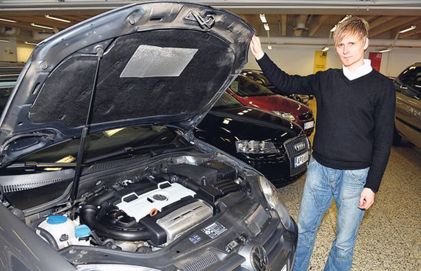 J. Rintajoupin automyyjä Saku Saukkonen esittelee käytettyä Volkswagenia.