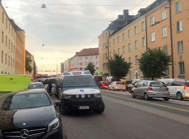 Operaatio herätti runsaasti huomiota Vallilassa, Helsingissä.