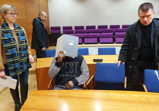 Törkeistä sotarikoksista epäilty mies vangittiin maaliskuussa Pirkanmaan käräjäoikeudessa Tampereella.