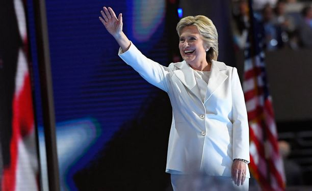Clinton sanoi ottavansa ehdokkuuden vastaan nöyryydellä, määrätietoisuudella ja rajattomalla luottamuksella Yhdysvaltoihin.