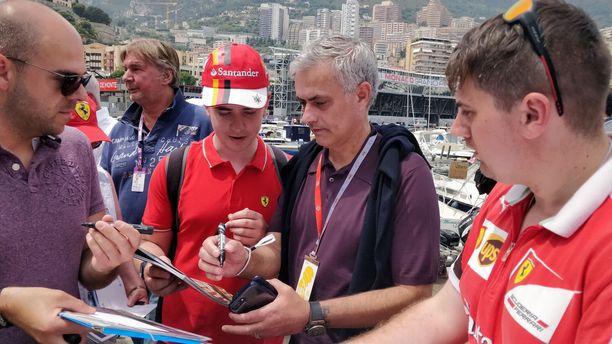 José Mourinhon nimikirjoitukset olivat haluttua tavaraa Monacon varikkoalueella.