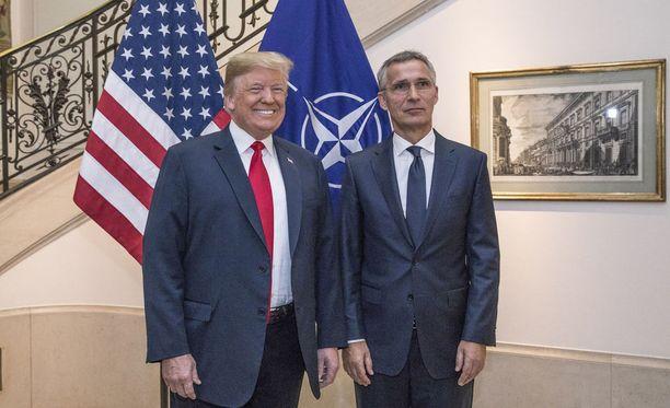 Yhdysvaltain presidentti Donald Trump (vas.) ja Naton pääsihteeri Jens Stoltenberg.