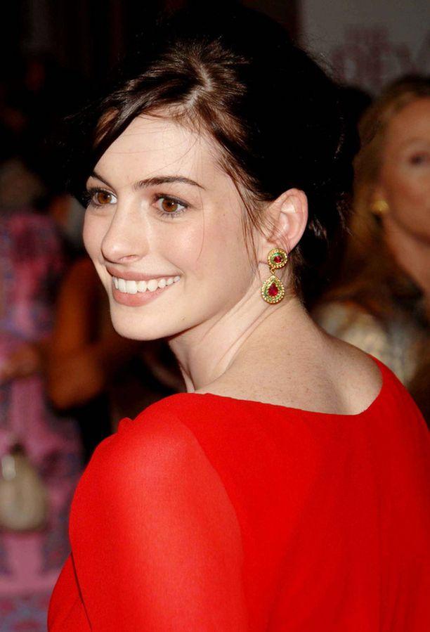 Näyttelijä Anne Hathaway näyttää ulkonäöltään melkoisesti Anna Wintourin nykyistä avustajaa.