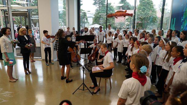 Lapset lauloivat kunniavieraille.