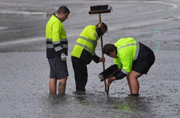Kuvassa kaupungin työntekijät yrittävät saada katuviemäriä toimimaan Sydneyssä 28.11.2018.